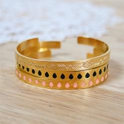 Bracelets rigides en métal doré gravé et émaillé de gouttes roses et noires