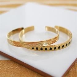 Bracelets rigides en métal doré gravé de motifs ethniques et émaillés de gouttes noires
