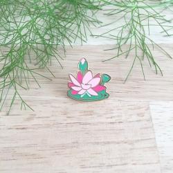 Pin's Lotus émaillé - Enamel Pin Collection Green Addict - Ln* Addict - broche et accessoires boutique Les inutiles