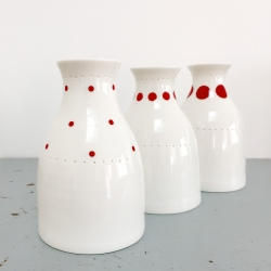 Soliflore à pois rouges en porcelaine - Vase rouge de la collection Hay d'Anne Black. Boutique Les inutiles