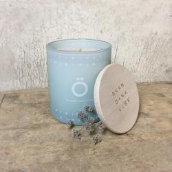 Bougie Ö Skandinavisk - Island Solitude - Bougie parfumée bleu ciel et couvercle en bois  - Boutique Les inutiles