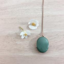 Médaillon porte souvenir, pendentif photo, collier vert, bijoux créateur, cadeau mariage naissance maman • Les inutiles