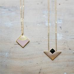 Bijoux de Saisons • Collier noir triangulaire, pendentif carré géométrique • Eshop créateurs Les inutiles