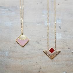 Sélection de colliers et pendentifs en acier inoxydable doré à l'or fin et émaillés, bijoux élégants et raffinés, de qualité !