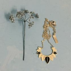 Collection de bijoux et colliers inspirés de la nature, doré à l'or fin • Pendentif plumes et feuilles • eshop créateurs Les