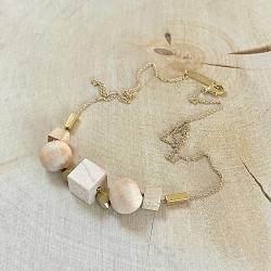 Elégant et naturel, collier doré à l'or fin, chaîne et perle de bois • créateur de bijoux • Bijouterie à Loches idées cadeaux